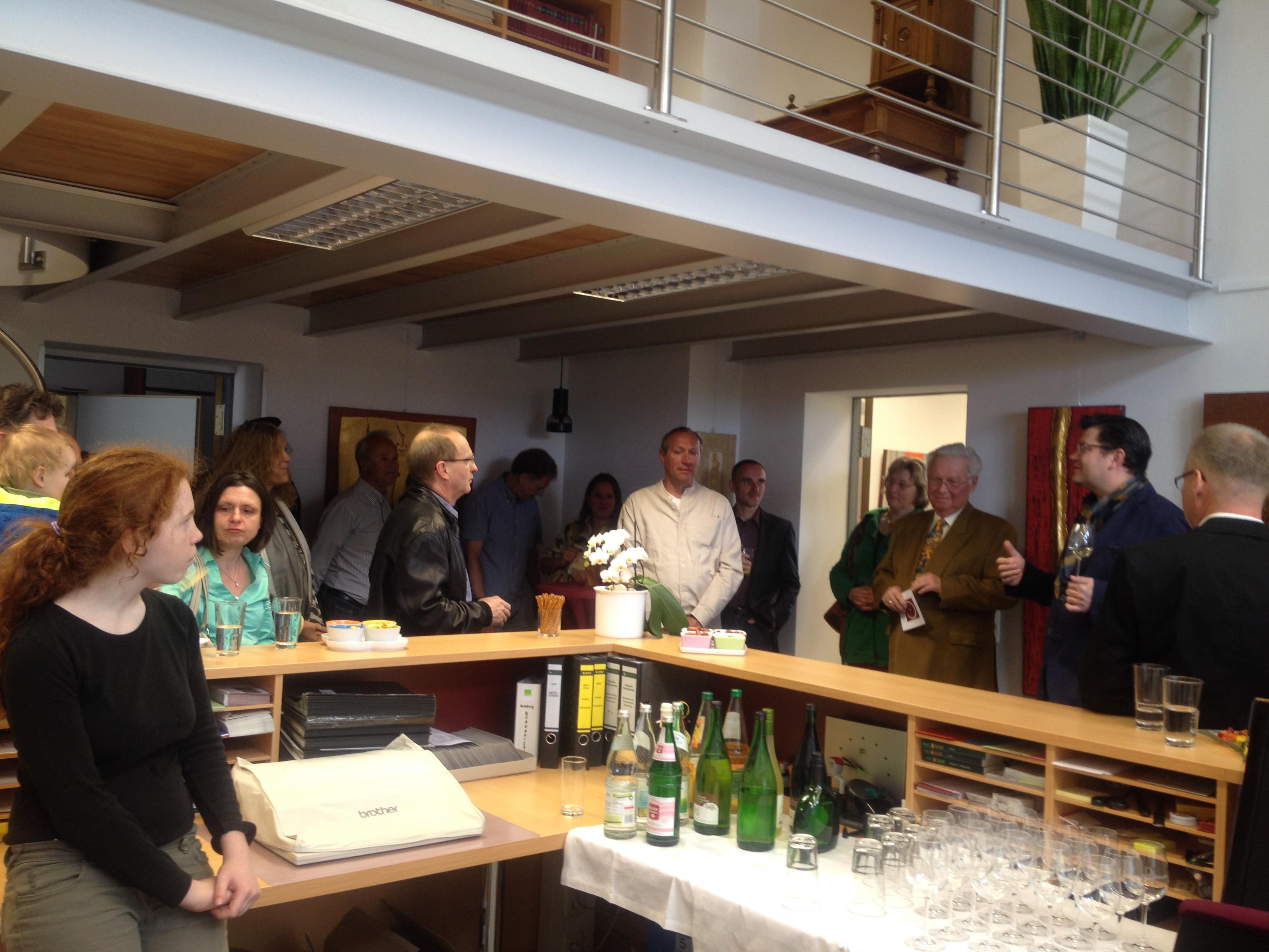 Matthias Henneberger begrüßt zur Matinee der Ausstellung Farb Klang mit Werken von Ushi Hagn