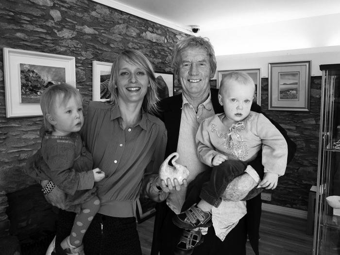"""Kunst trifft Steuer XXVII - Sylvia Krieg - Homecoming - Millcove Award, Kategorie: """"best drawing"""", 2012 mit Künstlerkollege Cormac Boydell und beiden Töchtern."""